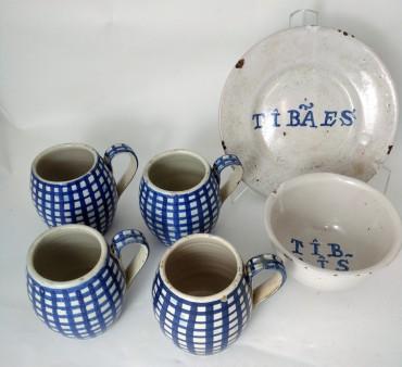 Quatro canecas, taça e prato