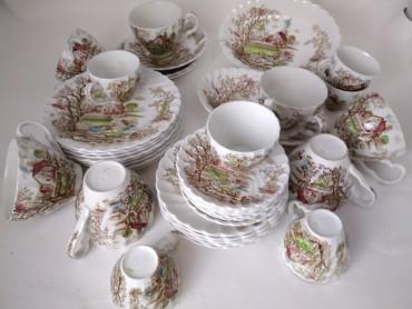 Seis chávenas e oito pires de café, sete chávenas e oito pires de chá, dois pratos recortados